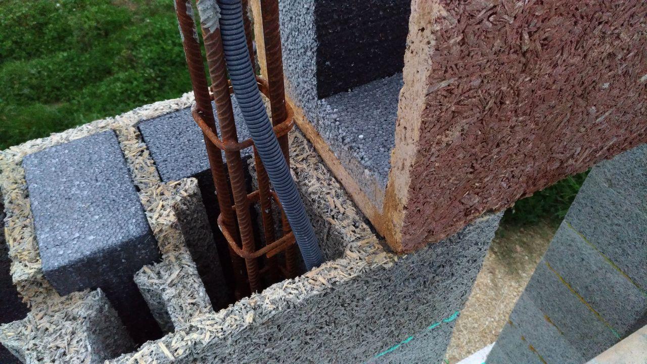 pose du bloc linteau en recouvrement sur les retours d'isolant