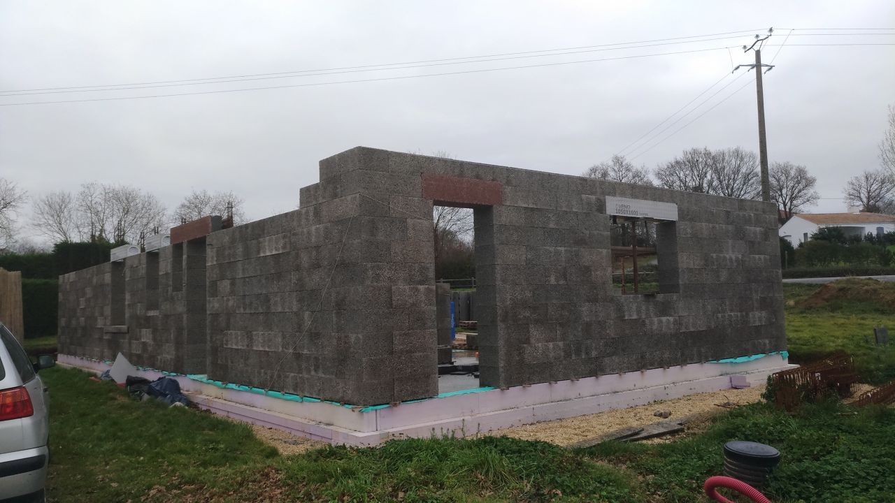 Première facade fini ( à part le dernier bloc planelle!
