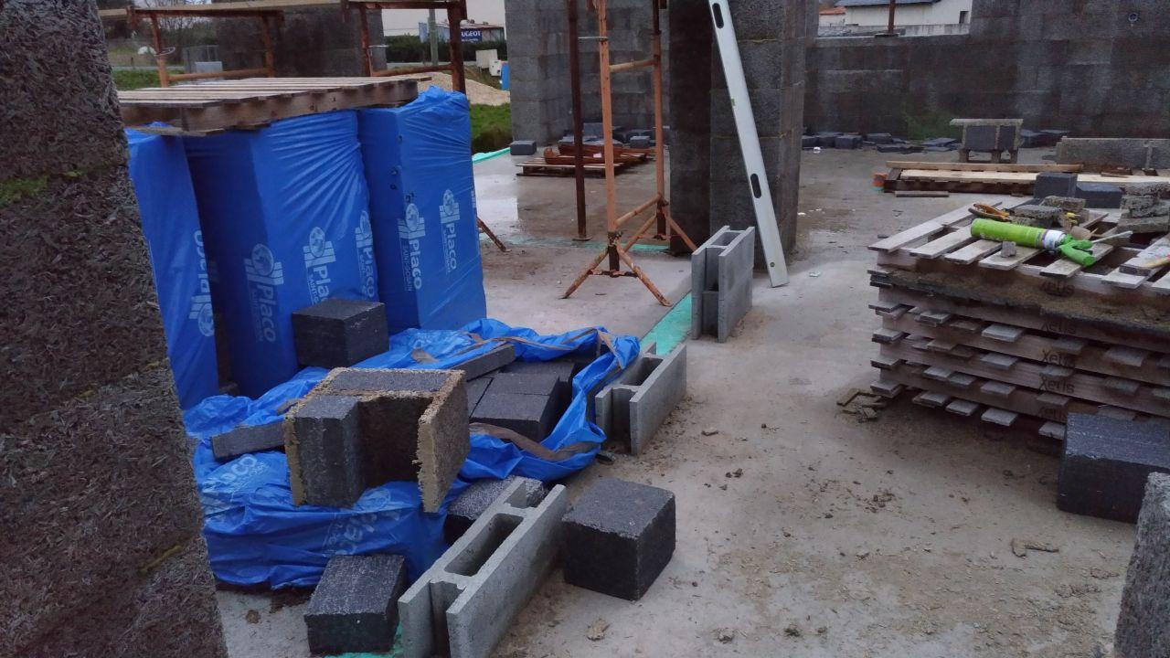 Pose des premier bloc des mur capteur, et chantier dégueulasse après passage de la tempête