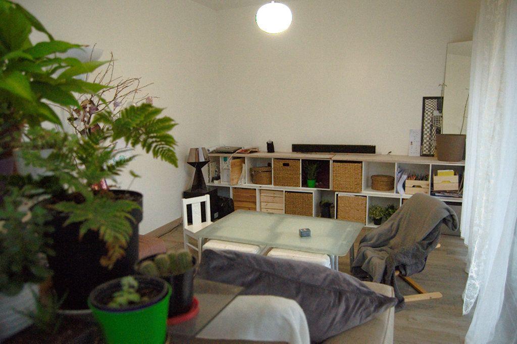 première configuration du salon, du fait du mur blanc, seul exploitable pour le vidéoproj