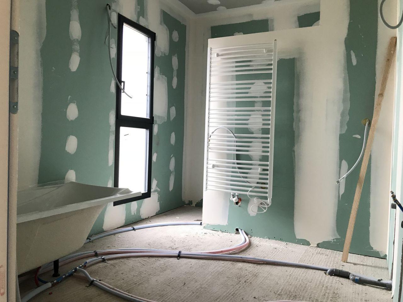Salle de bain de l'étage - Chauffe serviette et baignoire