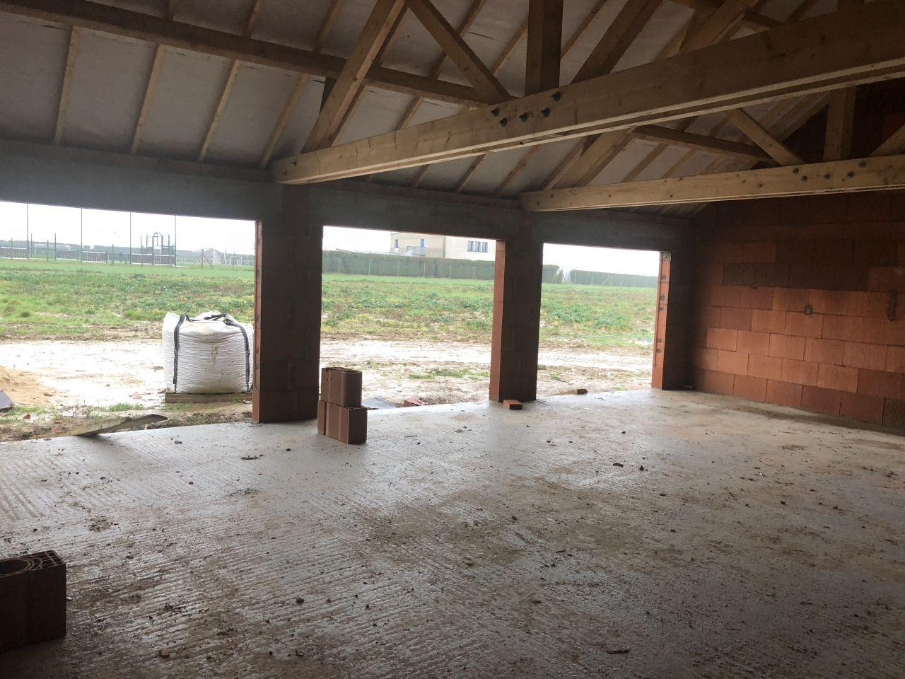 Vue de l'intérieur du garage et de la charpente