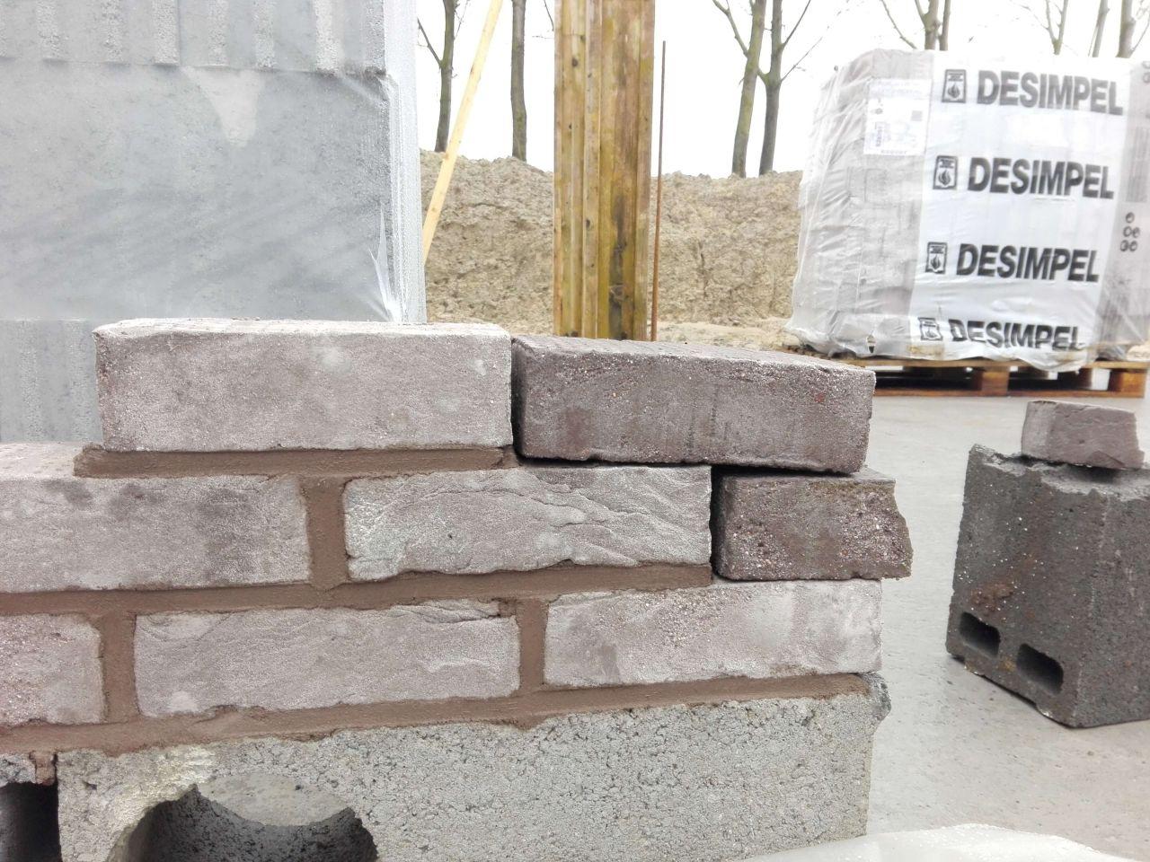 1er test des joints de brique pour l'élévation des murs pas concluant. On espère pouvoir en refaire un très vite dans les tons gris pour ne pas perdre plus de temps dans l'avancée du chantier.