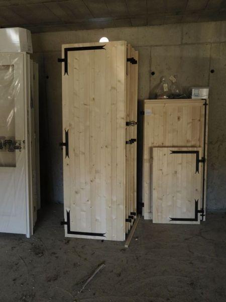 Les volets battants bois sont approvisionnées et stockés dans le garage.
