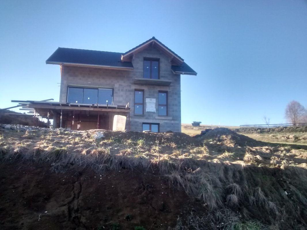 Vue générale EST avec toutes les fenêtres posées! <br /> Manque plus que les volets.... <br /> ...et un beau jour, le maçon viendra décoffrer la terrasse.