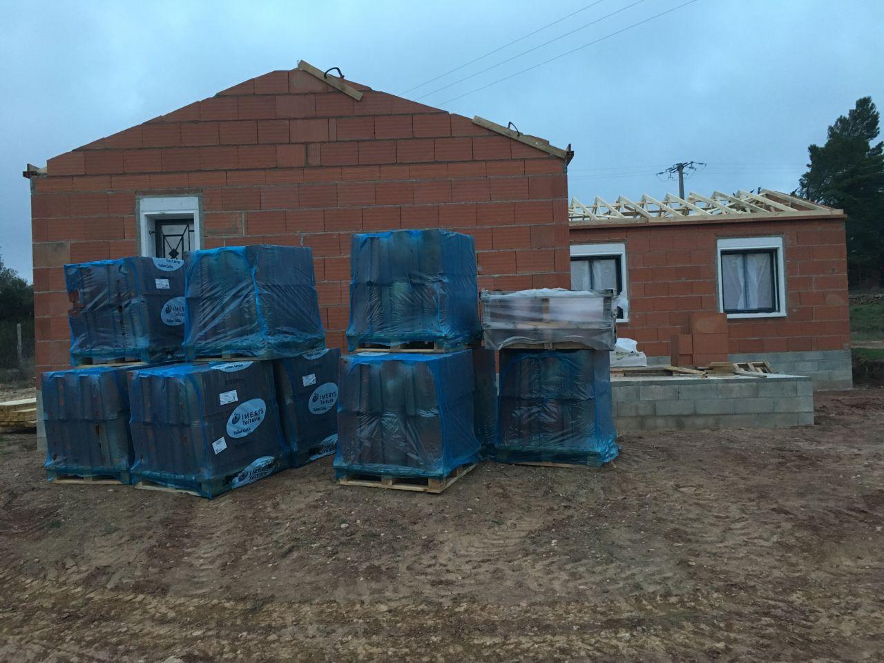 Livraison des tuiles. lors de la réunion de chantier de ce matin, on nous informe que la toiture va être posée pour la fin de semaine prochaine. <br /> Début de semaine : Pose de l'écran sous toiture et intervention du zingueur