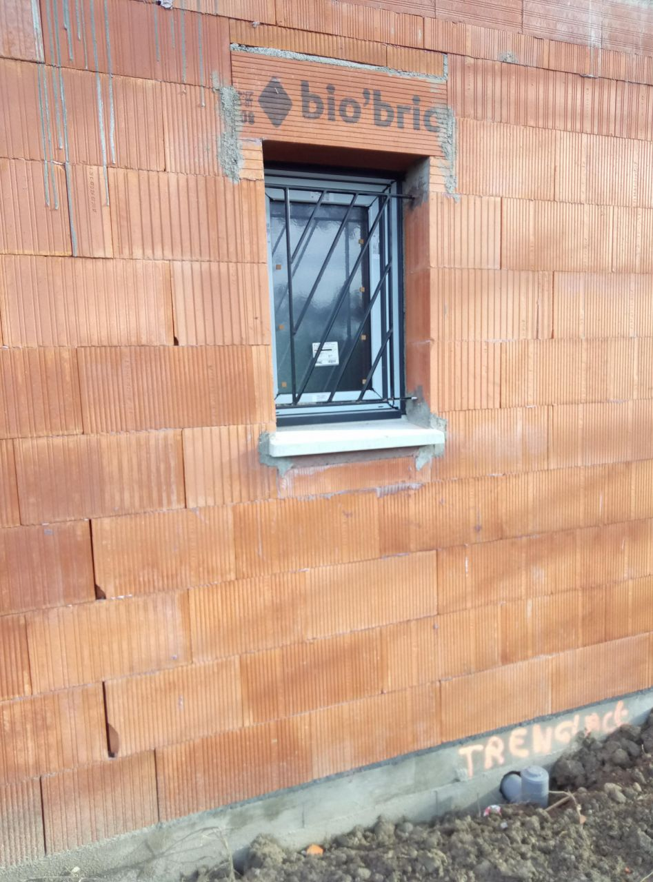 Pose des menuiseries, fenêtre en PVC noir
