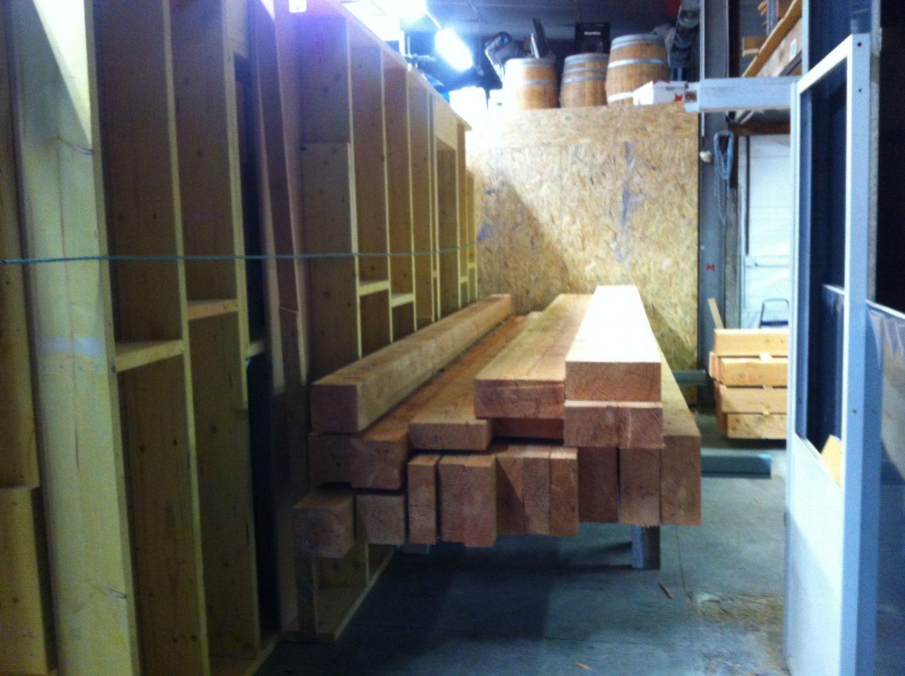 Le bois de la charpente rangé à côté des murs de la maison (solide mes tréteaux hein !)