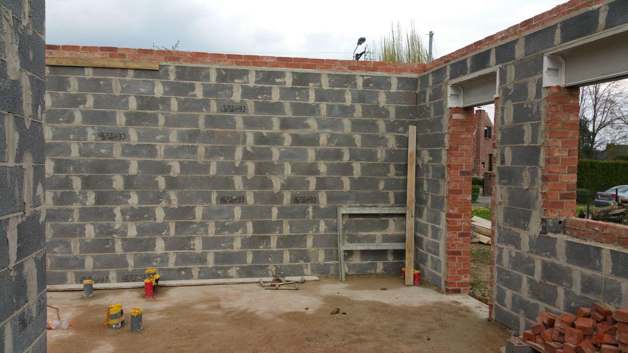 Les murs de l'intérieur. <br /> 1er problème : il manque le linteau que nous avions demandé afin de pouvoir créer facilement une ouverture vers le futur garage...