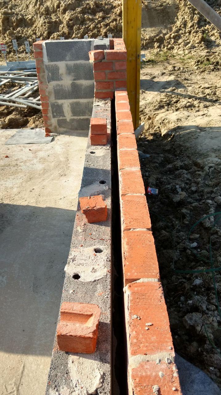 Mur double : un mur en parpaing - un vide d'air - un mur en brique