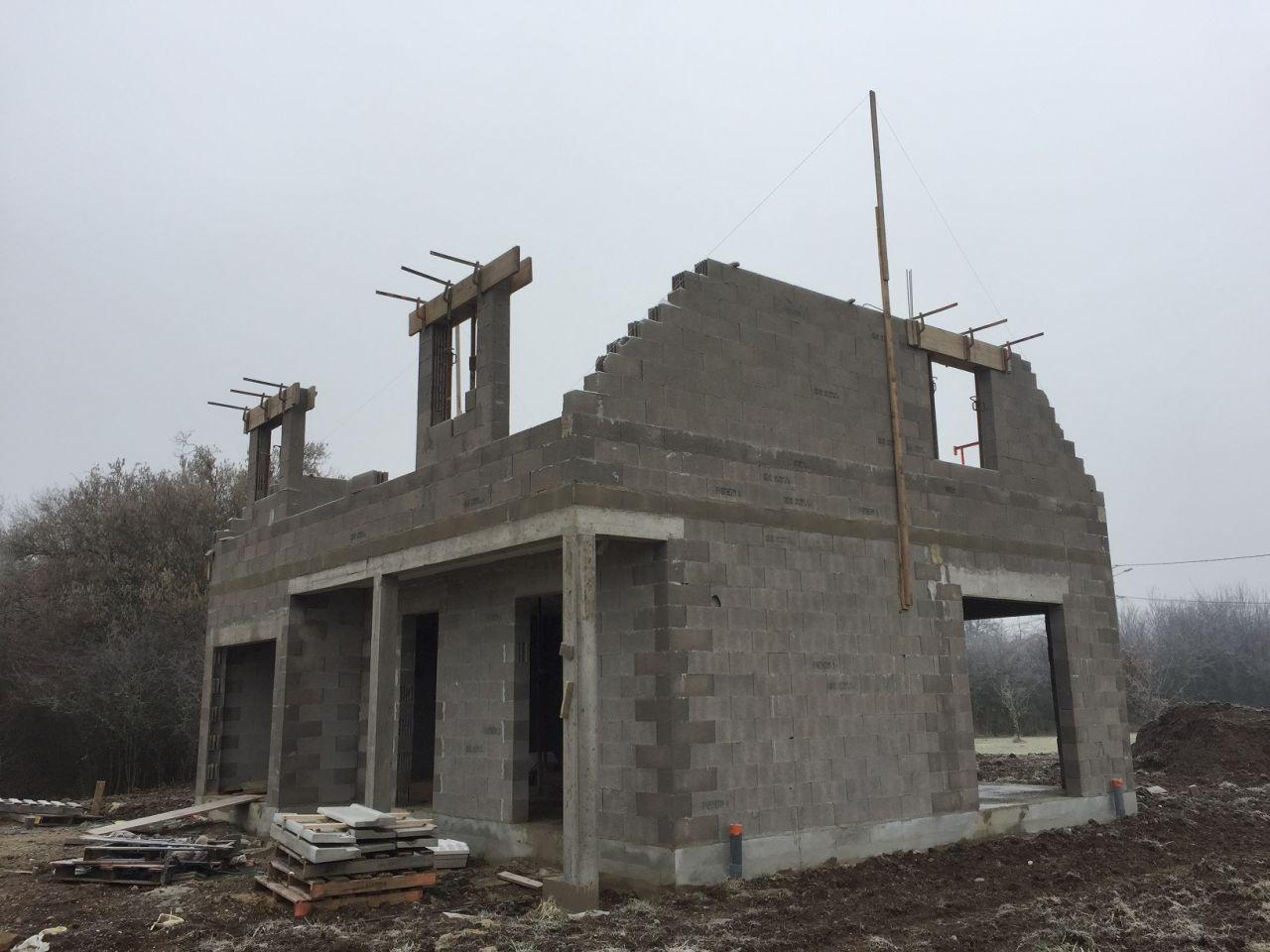 Montage des murs de l'étage et des encadrements des fenêtres des lucarnes