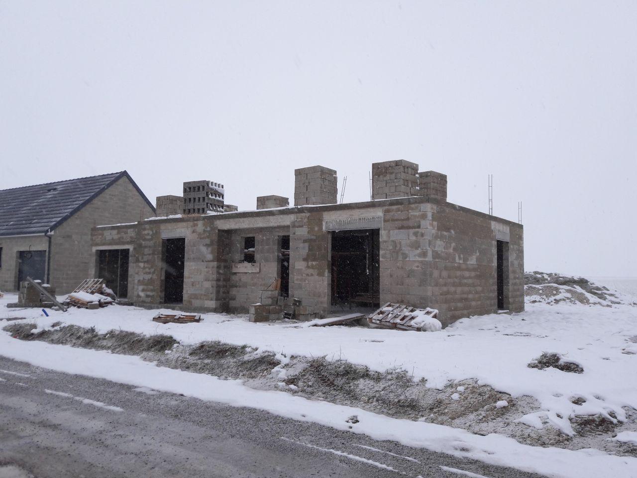 Livraison des parpaings pour l'élévation de l'étage et maison sous la neige