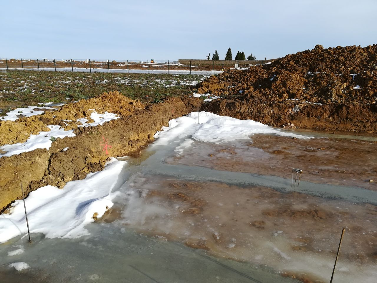Neige de la semaine dernière en train de fondre sur les fondations