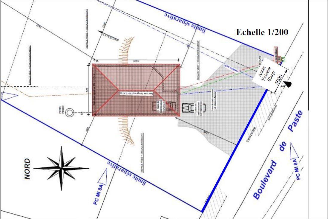 L'accès existant, le porche empêche l'accès. <br /> Il sera démoli et le passage sera agrandi à 5 m.