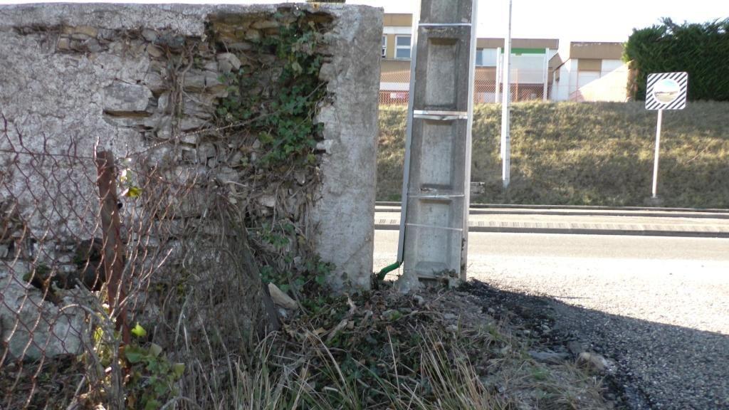 La clôture dès l'entrée du parking est défoncée malgré 40 à 50 cm de remblai seulement. <br /> La limite est l'extrémité du mur.