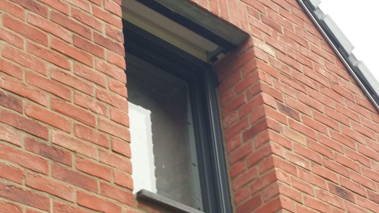 Fenêtre côté sud. <br /> Le ciment a sauté de l'autre côté aussi.