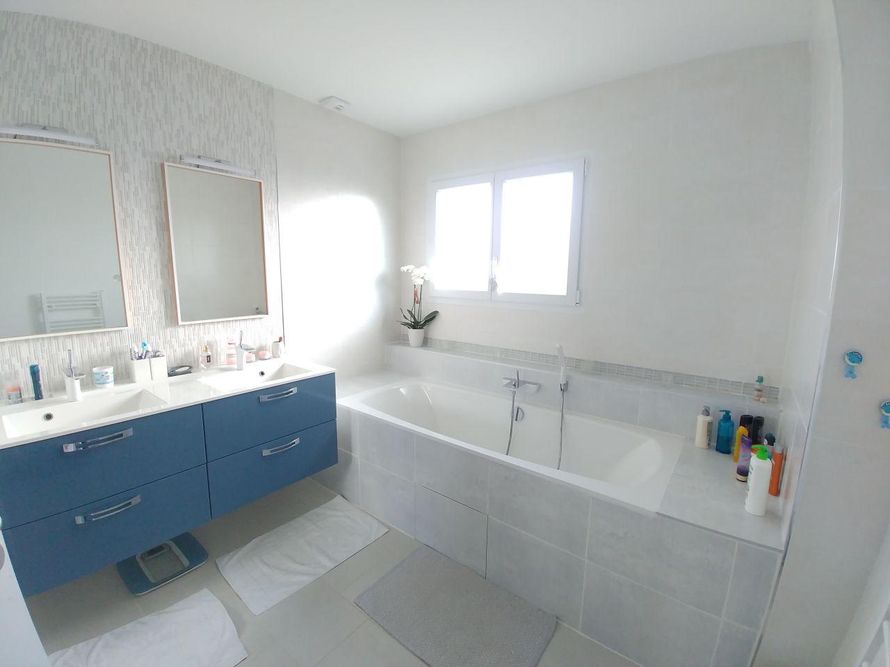 La salle de bain terminée, avec sa petite orchidée. Je cherche des idées pour la meubler...