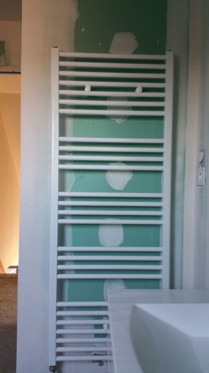 Le porte serviette de la salle de bain à l'étage est un peu penché