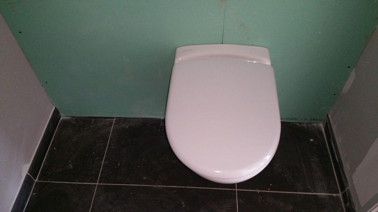 Il reste à poser les plinthes dans les toilettes du rez de chaussée