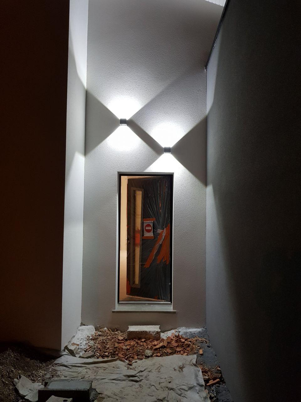 Eclairage led au dessus de la porte d'entrée