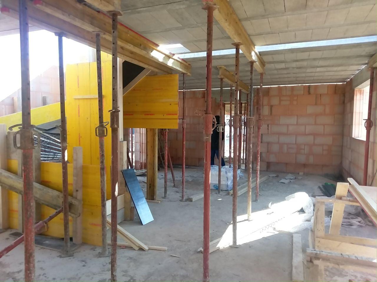 Vue depuis le salon vers la cuisine, la salle à manger et l'entrée derrière l'escalier.