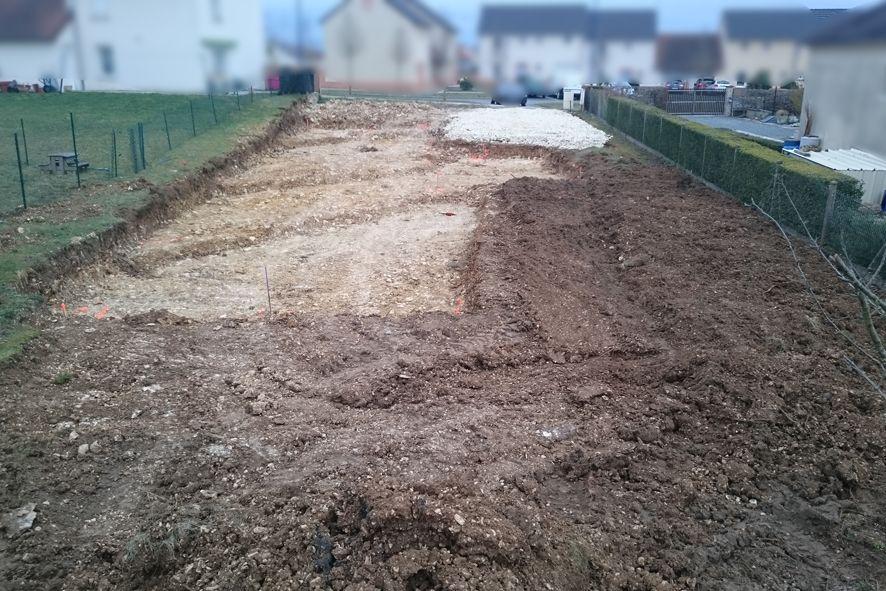 Terrassement presque fini. Empierrement fait, terrain décaissé pour le vide sanitaire. Reste plus qu'à creuser les fouilles