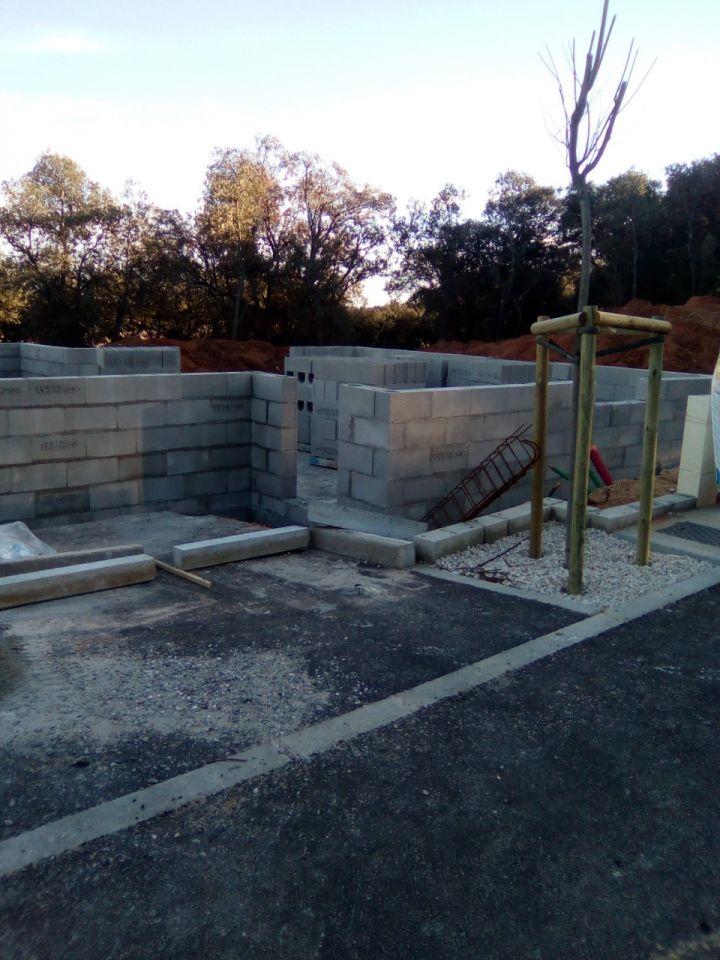 Est voila l'elevation des murs en 2 jours ;)