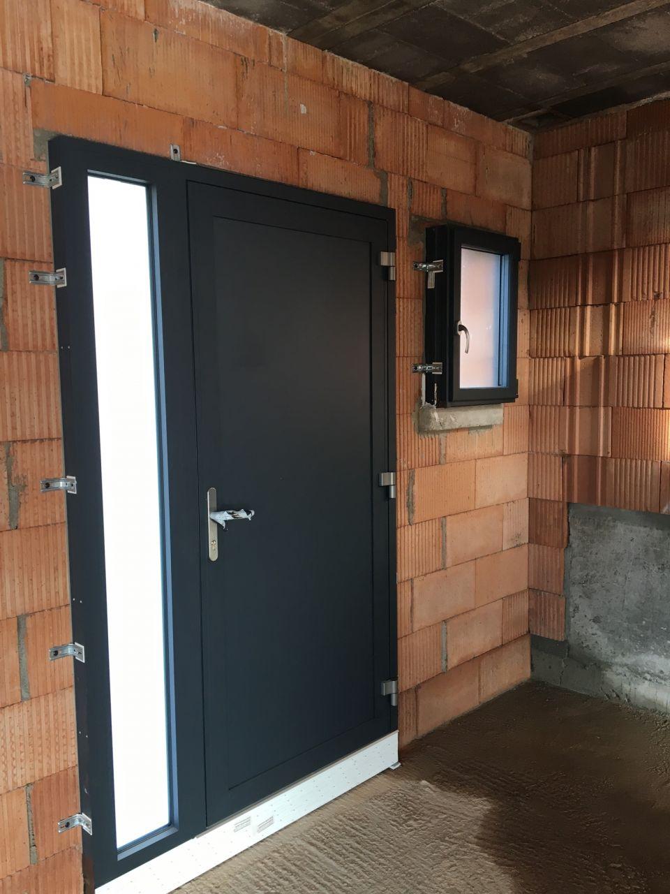 porte entrée et fenêtre wc granitée
