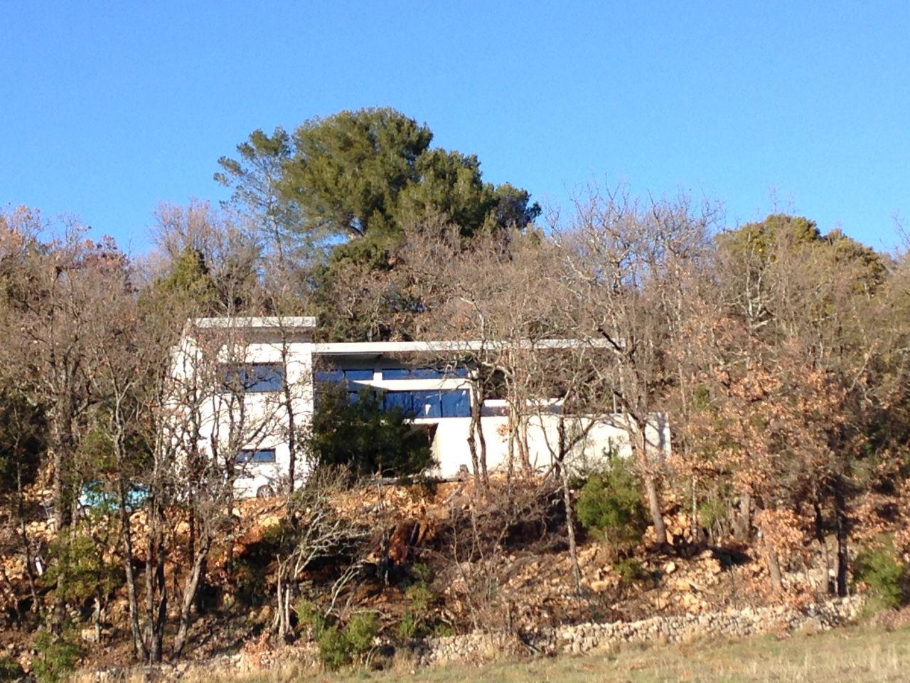 Vue de la maison en bas du terrain sans les feuilles des chênes blancs du coup on voit bien !