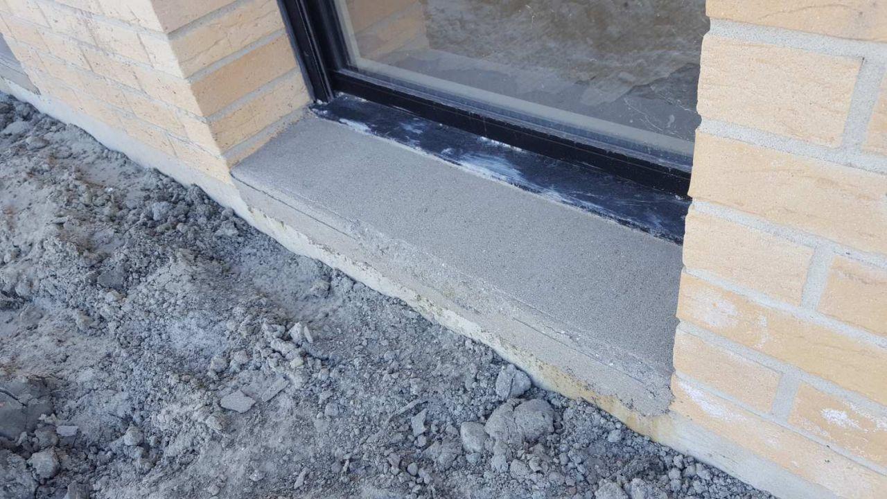 Les seuils de portes ont été réalisés en période de gel alors qu'ils auraient du être faits des semaines avant. De ce fait ils s'effritent comme du sable...
