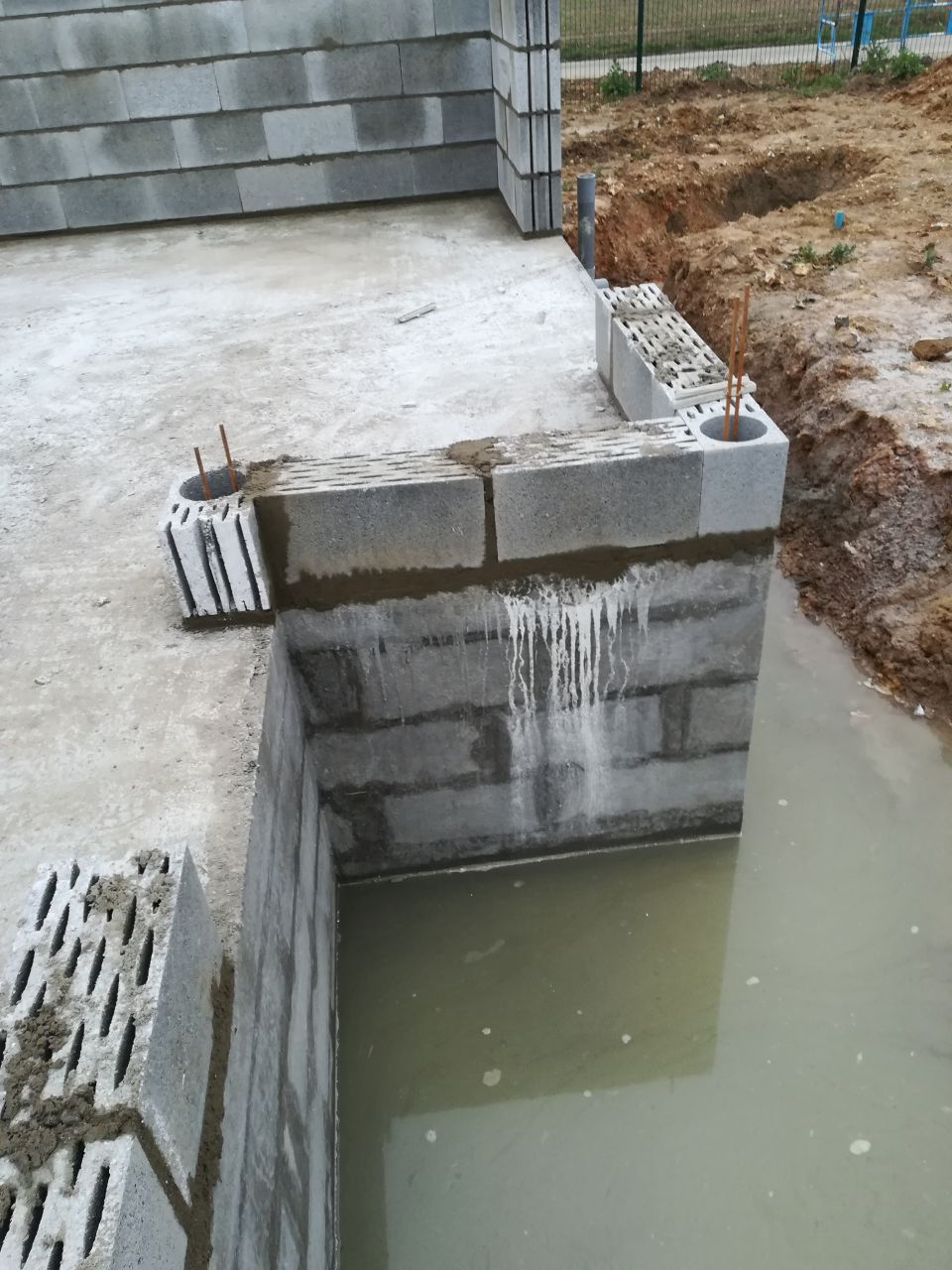 Début de l'élévation. Les fondations sont toujours pleines d'eau...