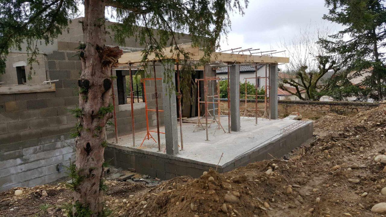 Vide sanitaire et dalle finie + poteaux en béton pour le hauvent.