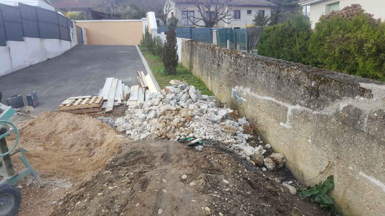 Blocs de béton et autre cassés au marteau piqueur. <br /> Trouvés dans le terrain