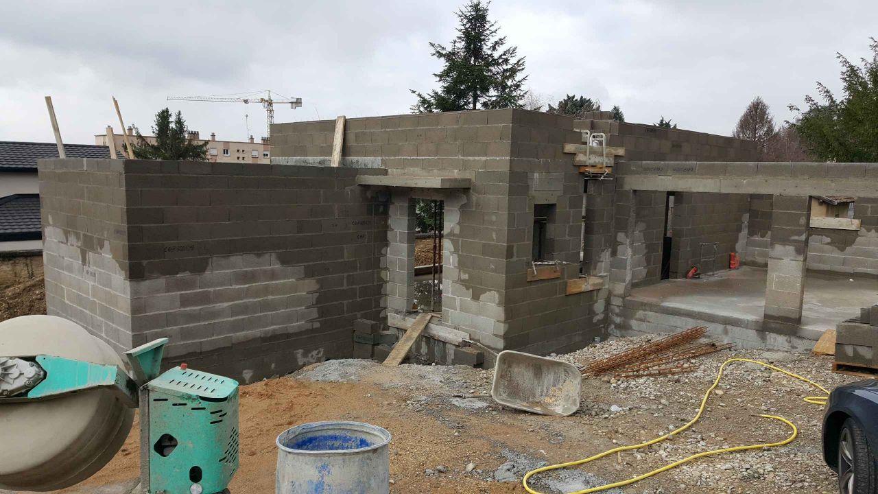 Face nord/est <br /> Entrée  + double garage <br /> Début élévation des murs de l'étage sur bloc principal.