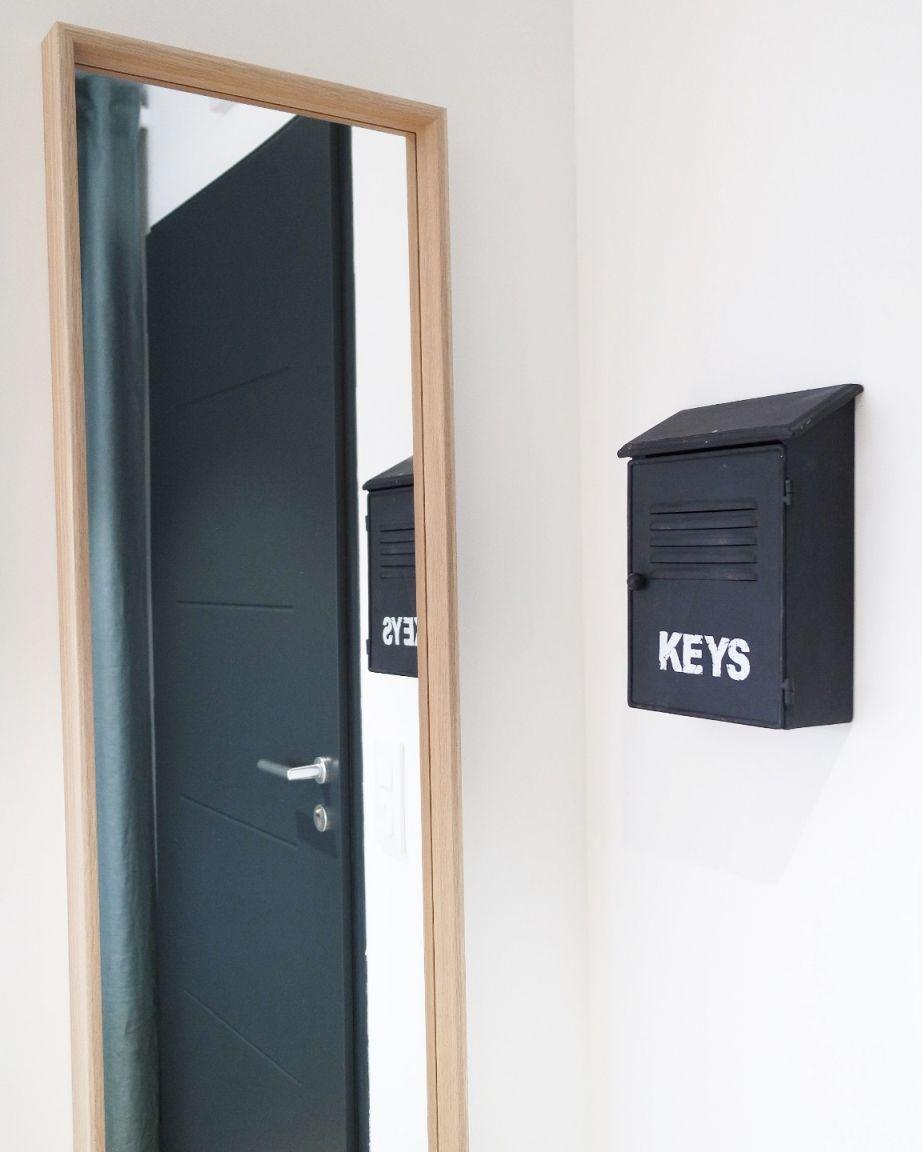 Miroir et boîte à clés dans l'entrée