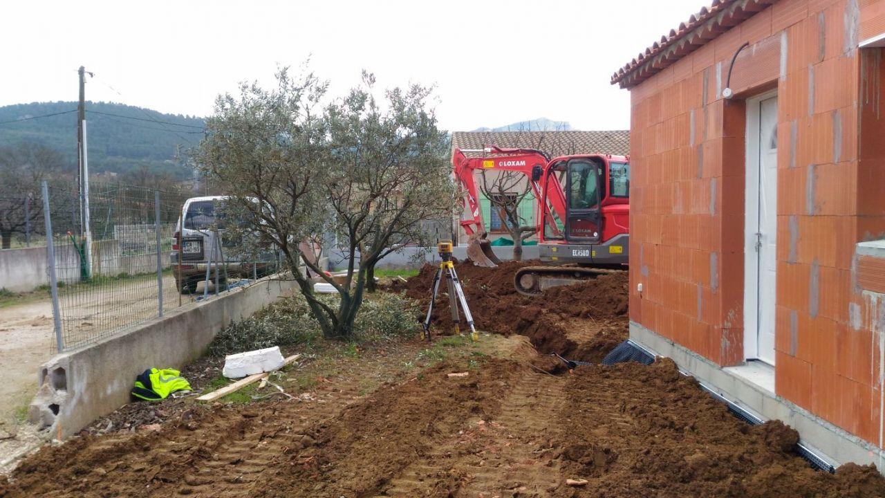Remblaiement partiel et remise en forme du terrain façade EST