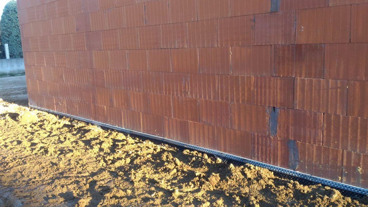 Remblaiement façade Nord (limite de propriété) mise à niveau du terrain aux réglette du delta MS