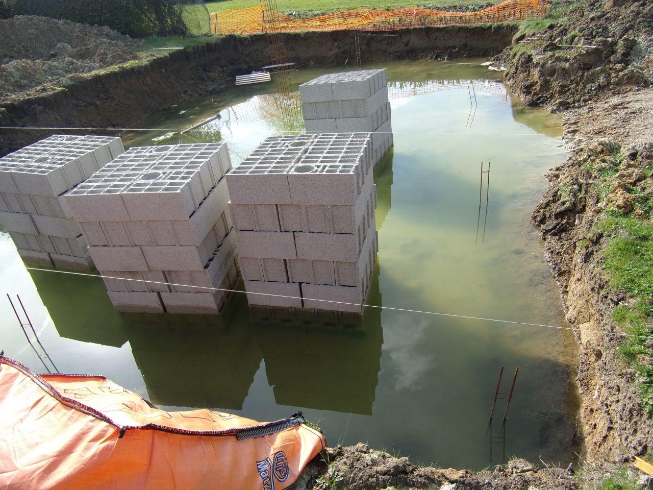 Parpaings et matériaux noyés dan l'eau