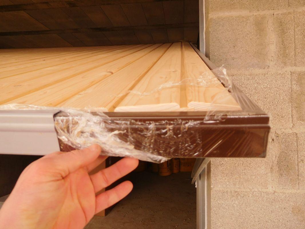 La porte de garage travaille beaucoup avec l'humidité et les basses températures. <br /> Mon CdT me dit qu'il faut attendre qu'elle reprenne sa forme à des conditions plus clémentes et qu'il faut la traiter (huile) à ce moment là pour la stabiliser en dimensions. <br /> Je pense quand même que je démonterai quelques lames pour réduire les languettes d'1 mm chacune et offrir au bois plus de marge pour se dilater. (Il ne faudra pas trop en enlever sinon je vais me retrouver avec des trous à la contraction du bois.