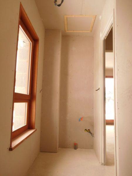 La buanderie avec une super fenêtre géante par rapport à la taille de la pièce! (En fait au départ, c'était la salle de bains qui était prévue là...) Ca fera de la lumière en second jour pour le palier.
