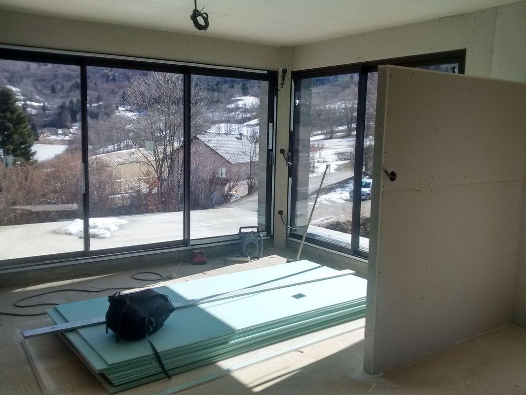 Vue vers la salle à manger au rez-de-jardin. <br /> On a 360+240cm de baie de ce coté là. J'ai hâte de faire les vitres... <br /> Au premier plan à droite, la cloison partielle servira à adosser un meuble d'un coté et le poêle à bûches de l'autre.