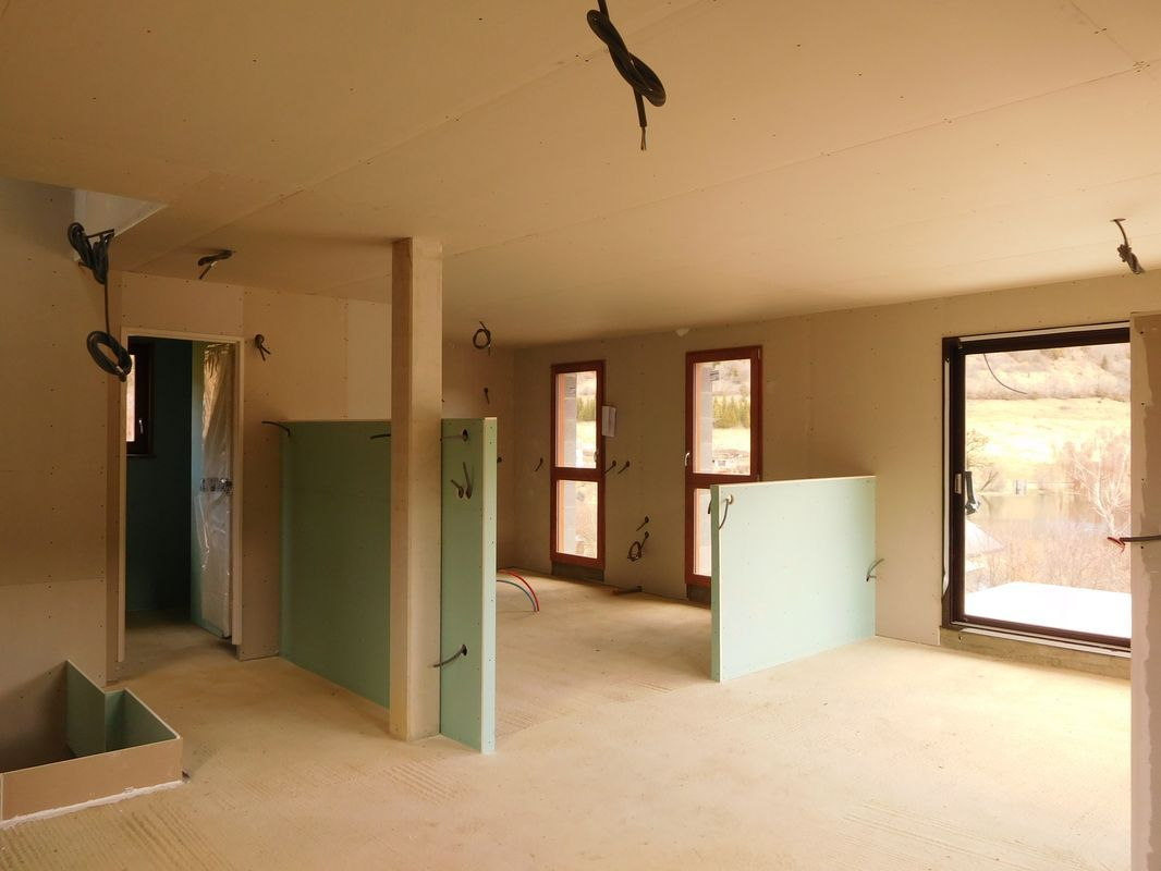 Vue vers la cuisine depuis le salon avec les 2 allèges pour les verrières. <br /> A gauche, la trémie de l'escalier et la porte de la salle de bains.