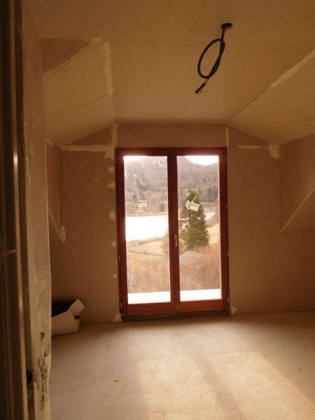 Le plaquiste a accepté de reprendre la Jacobine pour atténuer l'effet vilain des caissons que nous avions de part et d'autre des portes-fenêtres... <br /> La contrepartie, c'est qu'il a dû réduire un peu l'isolation thermique pour remonter le niveau fini. Je crois qu'il reste 5 cm entre les chevrons et le BA13... Tant mieux pour les oiseaux qui auront moins froid et pour l'esthétique de la chambre.