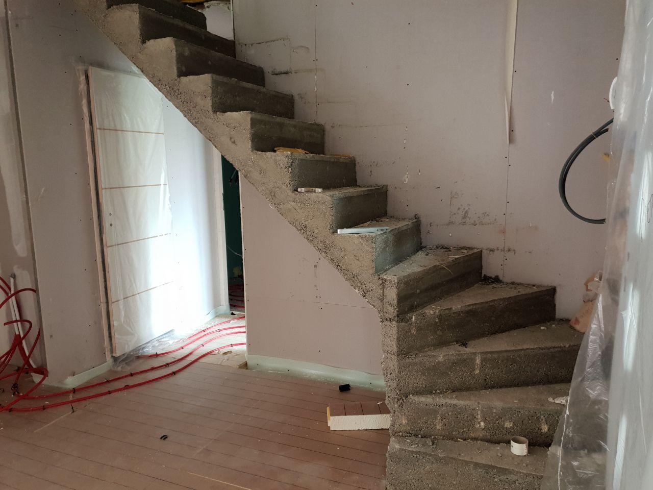 Décoffrage de l?escalier béton