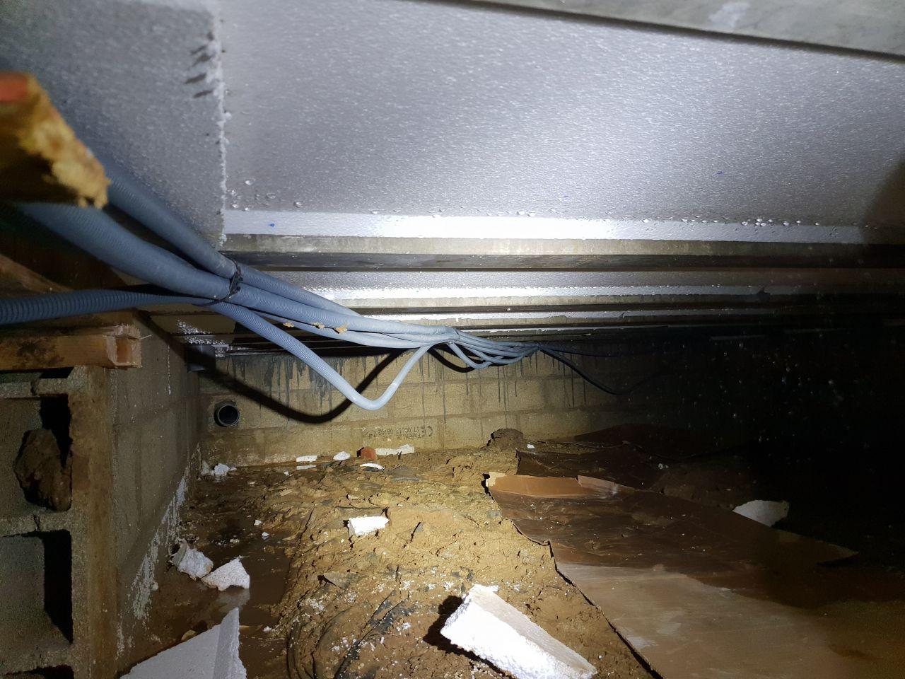 Passage par le vide sanitaire pour les circuits du garage