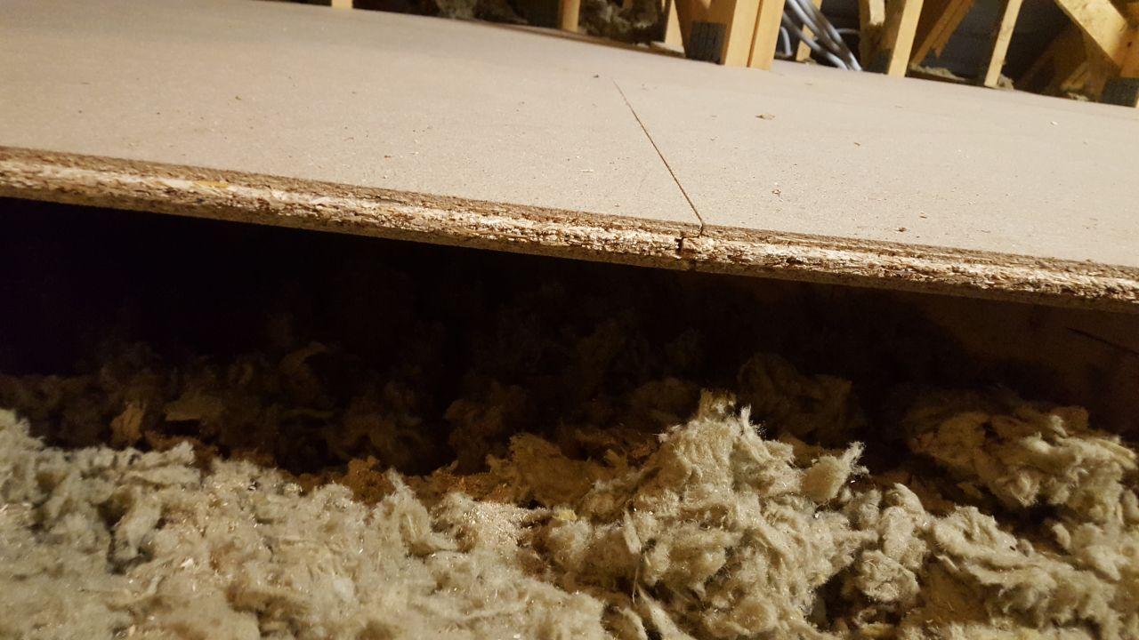 Démontage du plancher - vue de 2 dalles posées dans le vide....