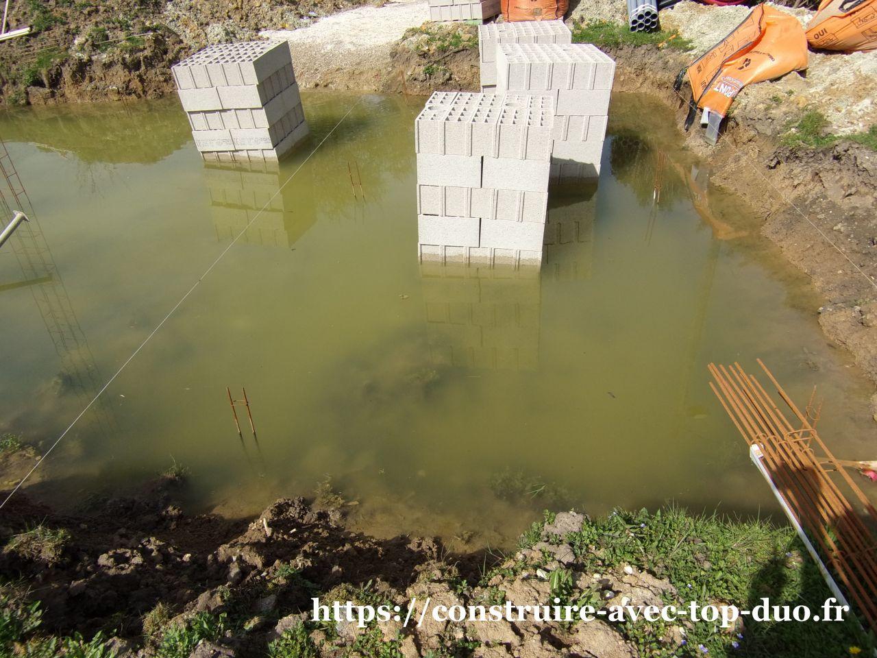 Fondation est parpaing noyés dans 40 cm d'eau