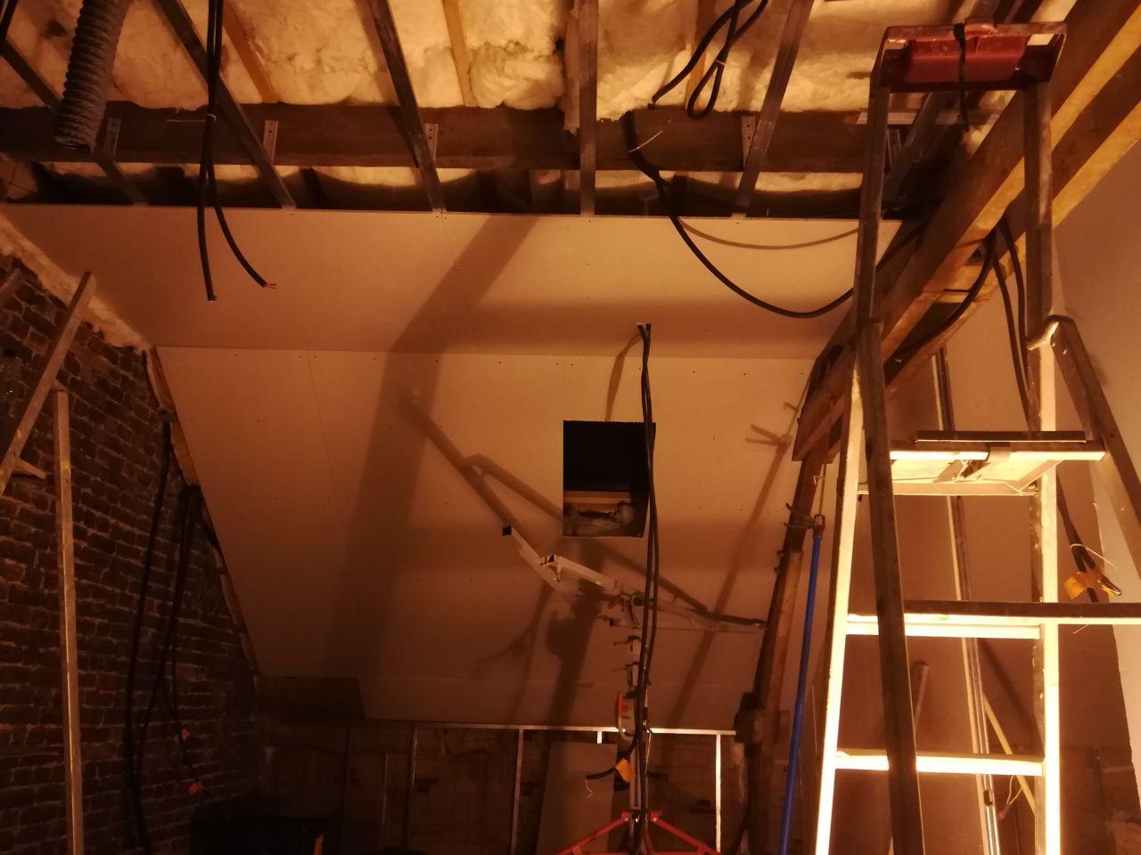 Structure en bois au dessus de la salle de bain afin de réduire la hauteur à 2m50