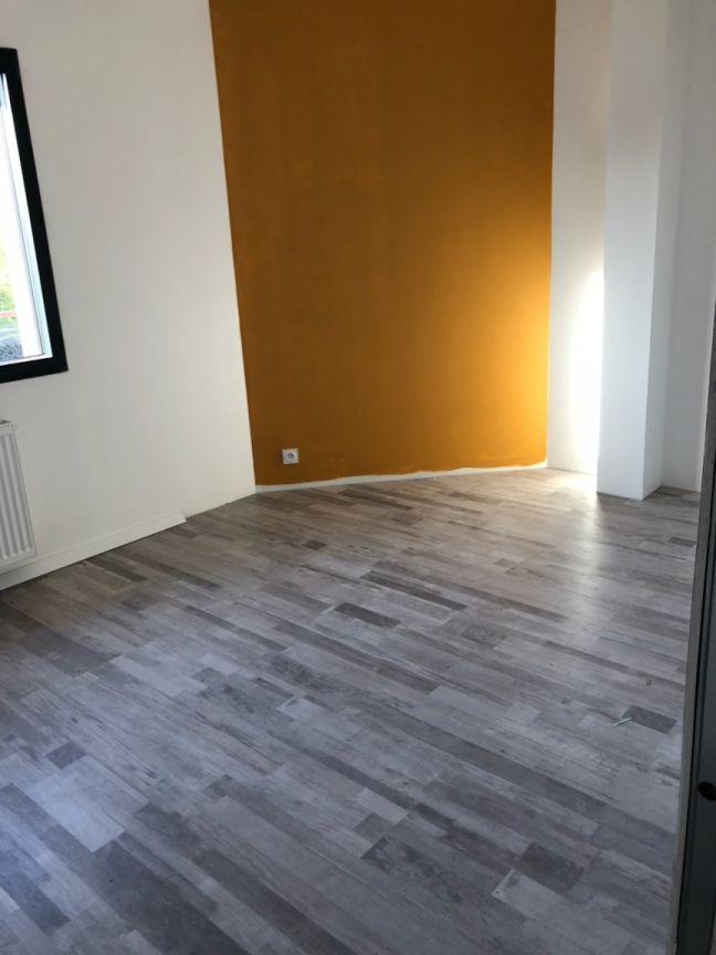 peinture jaune moutarde pour un mur du bureau / chambre d'ami