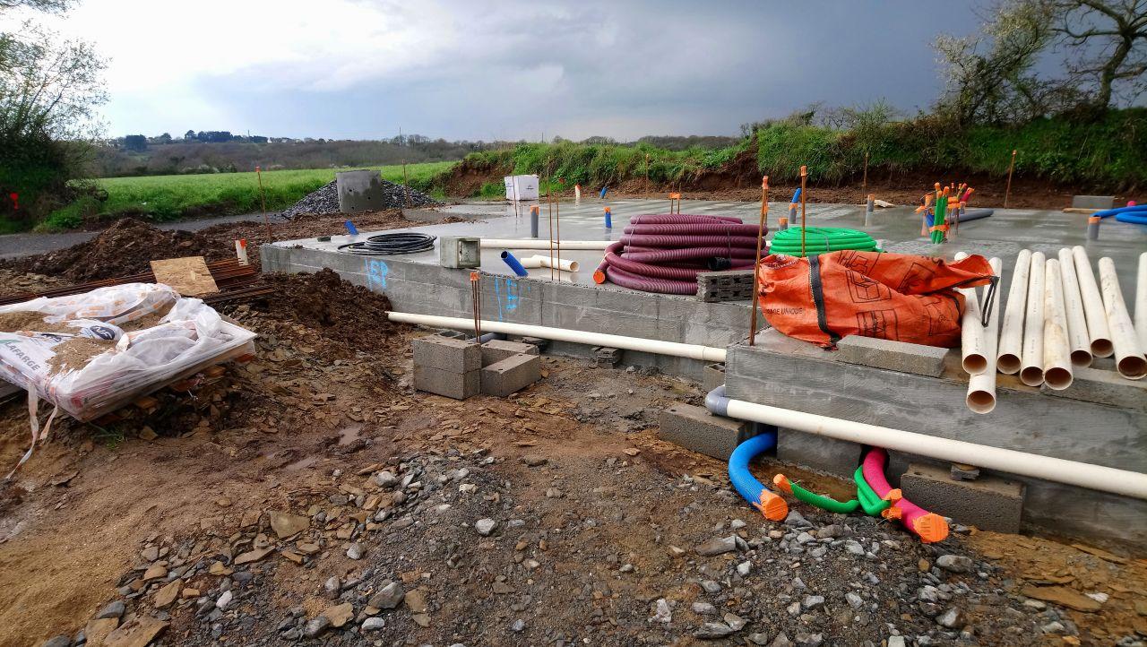 réseau d'eaux pluviales, raccordement au bord du terrain des tuyaux pour l'électricité, l'eau et France Telecom + un autre tuyau pour l'éclairage extérieur et portail automatique